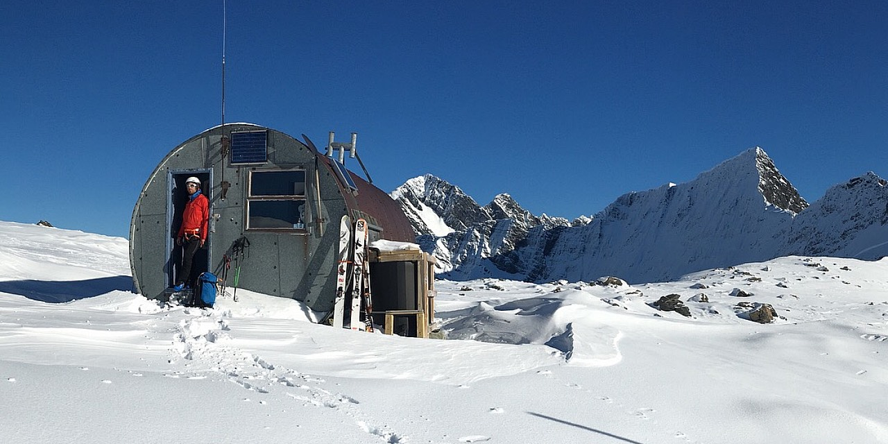 Ski tourer in front of Barron Saddle Hut